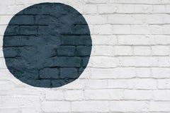 Cerchio blu dipinto disegnato sulla superficie bianca dei mattoni del muro di mattoni della parete, come graffiti Struttura grafi immagine stock libera da diritti