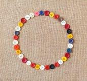 Cerchio dai bottoni sul fondo di struttura del tessuto Fotografia Stock Libera da Diritti