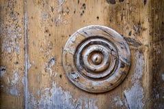 Cerchio decorativo su una vecchia porta di legno Fotografia Stock Libera da Diritti