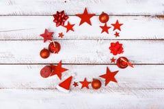 Cerchio degli ornamenti di Natale sulla tavola bianca Fotografia Stock
