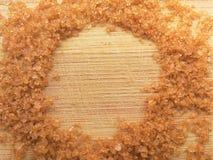 Cerchio dello zucchero bruno su fondo di legno Immagine Stock Libera da Diritti