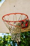 Cerchio di pallacanestro arrugginito all'aperto Immagini Stock Libere da Diritti