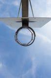 Cerchio di pallacanestro in cielo blu Immagini Stock