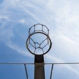 Cerchio di pallacanestro in cielo blu Fotografia Stock