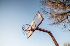 Cerchio di pallacanestro, cielo blu Fotografie Stock Libere da Diritti
