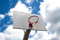 Cerchio di pallacanestro contro il cielo Fotografie Stock Libere da Diritti