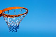 Cerchio di pallacanestro contro il cielo blu, primo piano immagini stock libere da diritti