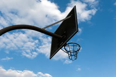 Cerchio di pallacanestro contro un cielo nuvoloso Immagini Stock Libere da Diritti