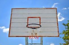 Cerchio di pallacanestro e un cielo blu Immagine Stock