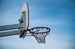 Cerchio di pallacanestro nel campo all'aperto di pallacanestro Fotografia Stock Libera da Diritti