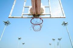 Cerchio di pallacanestro nel cielo blu Immagine Stock Libera da Diritti