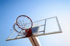 Cerchio di pallacanestro nel cielo blu Fotografie Stock