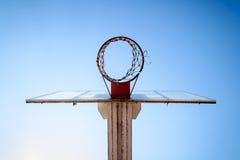 Cerchio di pallacanestro nel cielo blu Fotografia Stock