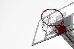 Cerchio di pallacanestro nel cielo blu Immagini Stock Libere da Diritti