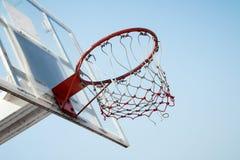 Cerchio di pallacanestro nel cielo blu Fotografia Stock Libera da Diritti