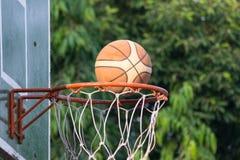 Cerchio di pallacanestro in parco Immagini Stock Libere da Diritti