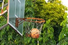 Cerchio di pallacanestro in parco Immagini Stock