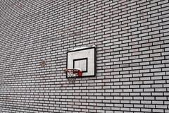 Cerchio di pallacanestro su un muro di mattoni Immagini Stock Libere da Diritti