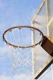Cerchio di pallacanestro sul fondo del cielo Fotografia Stock Libera da Diritti