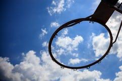 Cerchio di pallacanestro sul fondo del cielo blu Immagini Stock