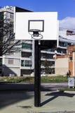 Cerchio di pallacanestro urbano fra le vie Fotografie Stock
