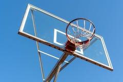 Cerchio di pallacanestro, vista di angolo basso immagine stock