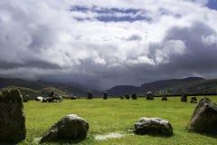 Cerchio di pietra antico che considera le montagne immagine stock