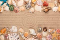 Cerchio fatto della sabbia, del telaio delle conchiglie e delle stelle Con spazio per il progettista Fotografia Stock Libera da Diritti