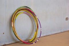 Cercle étayé sur un mur, gymnastique rythmique photos libres de droits