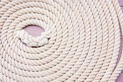 Cercle amarrado corda no barco Fotografia de Stock