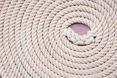 Cercle amarrado corda no barco Fotografia de Stock Royalty Free