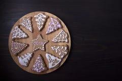 Cercle avec des biscuits de gingembre sous forme de sapins Image stock