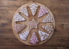 Cercle avec des biscuits de gingembre sous forme de sapins Photographie stock