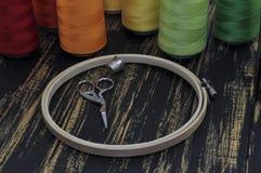Cercle, ciseaux et fils colorés Photo libre de droits