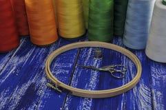 Cercle, ciseaux et fils colorés pour la couture et la broderie Photo stock
