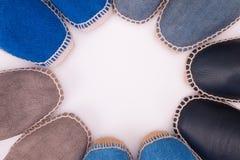 Cercle coloré d'espadrilles sur un fond blanc Photos stock