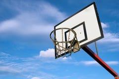 Cercle de basket-ball à l'extérieur photos stock