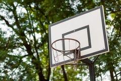 Cercle de basket-ball avec le filet en métal Photographie stock