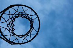 Cercle de basket-ball avec le fond de ciel images stock