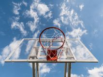 Cercle de basket-ball contre le ciel bleu images stock