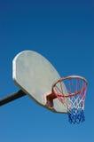 Cercle de basket-ball dans blanc et bleu rouges Image libre de droits