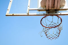 Cercle de basket-ball dans le ciel bleu Photo stock