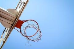 Cercle de basket-ball dans le ciel bleu Photographie stock
