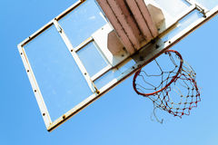 Cercle de basket-ball dans le ciel bleu Photos stock