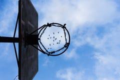 Cercle de basket-ball en métal Oiseaux de vol Jeune belle femme à l'extérieur photographie stock