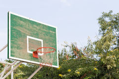 Cercle de basket-ball en parc Photographie stock libre de droits