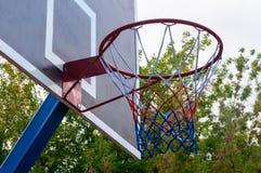 Cercle de basket-ball et fond de ciel bleu, panier de basket-ball Images libres de droits