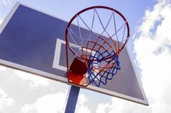 Cercle de basket-ball et fond de ciel bleu, panier de basket-ball Photos stock