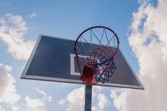 Cercle de basket-ball et fond de ciel bleu, panier de basket-ball Image stock
