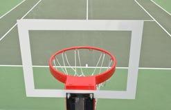 Cercle de basket-ball par derrière Images stock